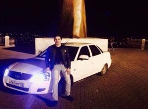Очередной любитель красивых фотоснимков заехал на «Приоре» к памятнику солдату в Ставрополе