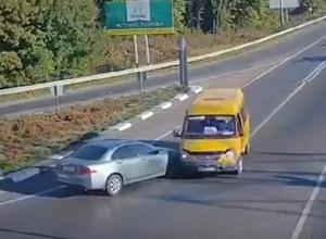 «Газель» протаранила  вылетевшую на «встречку» иномарку на опасном перекрестке под Пятигорском