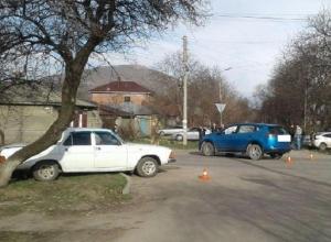 Двух женщин увезла «скорая» после ДТП с «Тойотой» и «Волгой» в Пятигорске