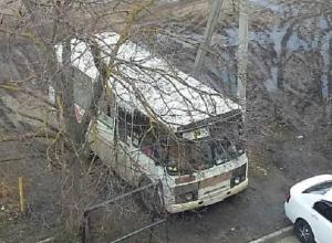 Маршрутный автобус №38 «разрушает» детскую площадку во дворе одного из домов Ставрополя