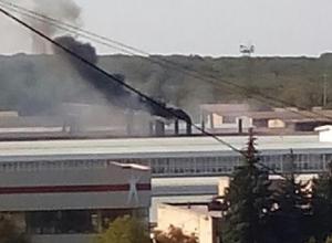 Огромные черные клубы дыма валят из трубы крупного завода в Ставрополе