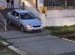 Наглый водитель «Приоры» спустился на автомобиле по лестнице и попал на видео на Ставрополье