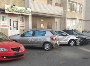 «Недоброе утро»: неизвестный лихач протаранил припаркованные у многоэтажки иномарки в Ставрополе