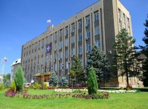 Слухи о запрете гулять по ступеням городской администрации рассмешили жителей Буденновска