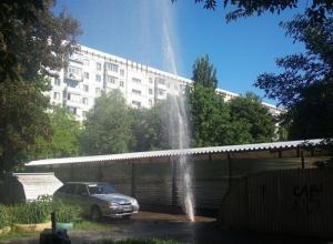 Мощный гейзер образовался из-за прорванной трубы в Ставрополе