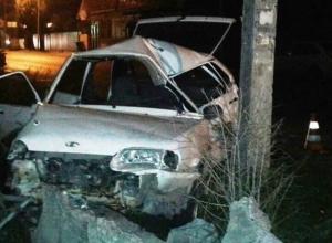 Врезавшаяся в бетонный столб «четырнадцатая» протаранила три машины в Пятигорске – водитель погиб на месте