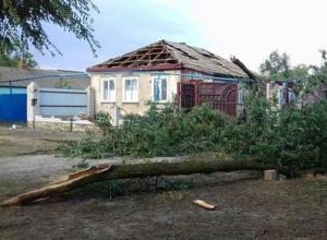 Штормовой ветер сорвал крыши с домов и повалил деревья в селе на Ставрополье