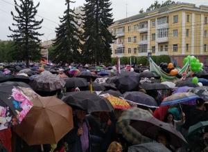 «Парад зонтиков»: дождь не помешал жителям Ставрополя собраться на площади