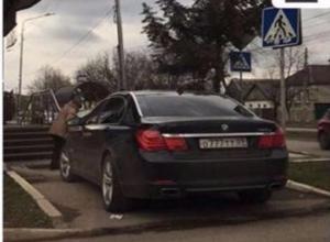 Пределом хамства назвали парковку иномарки жители Пятигорска