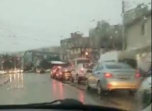 Автохам объезжал огромную пробку по «встречке» и попал на видео в Ставрополе