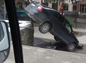 Черная иномарка «влетела» на ступеньки санатория и повисла на ограде в Железноводске