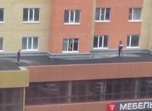 Видеокадры катания ребенка по крыше на гироскутере шокировали жителей Ставрополя