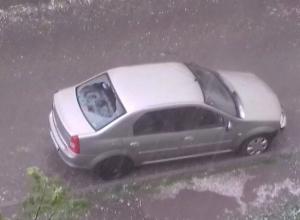 Град размером с куриное яйцо повредил автомобили ставропольцев