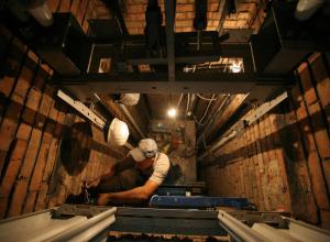 Ремонтировавшего шахту мужчину насмерть задавило внезапно тронувшимся лифтом на Ставрополье