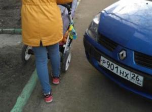 Паркуюсь как хочу: автохам загородил проход по тротуару в Ставрополе