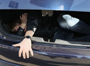 Два друга после жестокого избиения привязали мужчину за ноги к машине и возили до потери сознания на Ставрополье