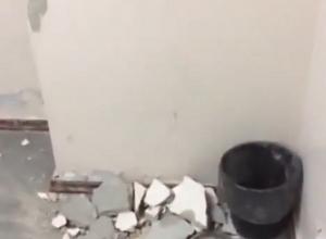 Разгромленную, словно при бомбежках, палату в больнице сняли на видео в Кисловодске