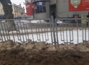 Безобразные горы грязного снега с песком «выросли» вдоль дорог и на тротуарах в Ставрополе