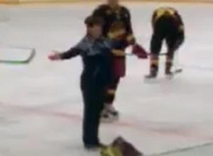 «Настоящий» хоккей показала «кривоногим» спортсменам вышедшая на лед посреди матча ставропольчанка