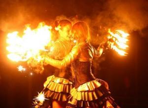 Крутить огонь на ходулях не страшнее, чем на земле, - артистки фаер-шоу Ставрополя