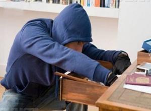 Знакомый в гостях у девушки украл из сумки банковскую карту и купил себе смартфон на Ставрополье