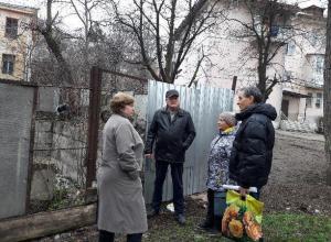 «А котлован и ныне там»: жильцы домов в центре Кисловодска  10 лет пытаются отвоевать свою детскую площадку
