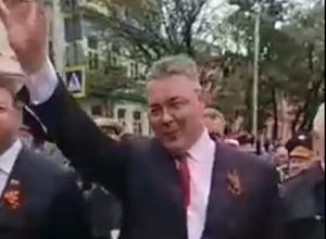 Губернатор Ставрополья Владимиров поприветствовал шествующих в «Бессмертном полку»