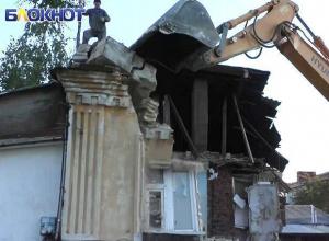 «Да кому нужен этот поэт, написал-то две строчки»: занесенный в список культурного наследия дом 19 века варварски сносят в центре Ставрополя