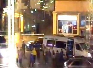 Толпа мужчин из автобуса устроила зажигательные танцы посреди дороги в Пятигорске