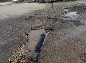 «Нанотехнологии в действии»: дыру на дороге заложили брусчаткой в Буденновске