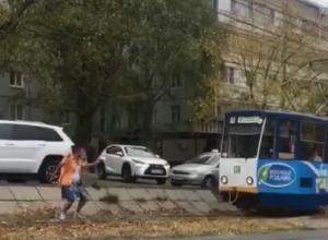 «Ты не пройдешь», - выпивший пятигорчанин преградил путь трамваю и попал на видео