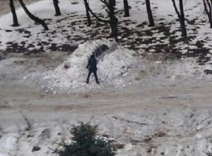 Неизвестные нагло закопали машину ставропольца в мокрый снег