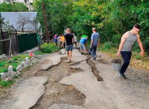 Без надежды на власть: своими руками ремонтируют дорогу жители на улице Ставрополя