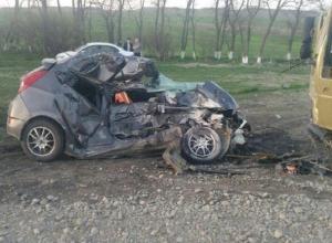 Водитель «Соляриса» разбился насмерть в страшном ДТП с фурой под Ставрополем