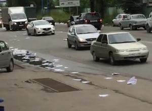 Кружащие над дорогой документы приняли за снег жители Пятигорска и сняли на видео