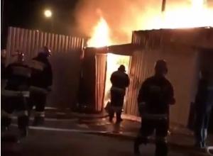 Появилось видео сильного пожара в сувлачной на рынке в Ставрополе