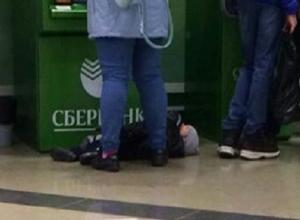 Женщина бросила маленького ребенка на полу перед банкоматом в Ставрополе