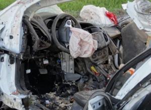 На Ставрополье иномарка врезалась в КамАЗ: погибли трое