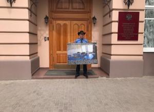 Мужчина в ковбойской шляпе провел одиночный пикет у здания полпредства президента в Пятигорске