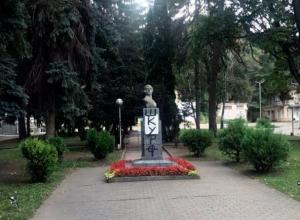 Вандалы испортили памятник революционерки Ксении Ге на Курортном бульваре в Кисловодске