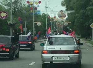 Группа молодежи с национальными флагами перекрыла дорогу в Пятигорске