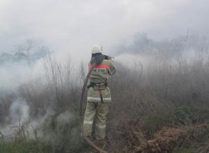 Пожар в поле добравлся до дома и перекинулся на грузовик в Ставропольском крае
