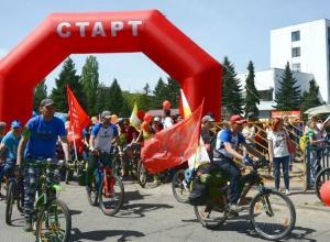 Сотни людей пробежали и проехали на велосипедах по центральным улицам Ставрополя