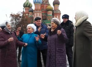 Московский полицейский запретил бабушкам со Ставрополья петь русские народные песни на Красной площади