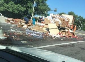 Тонной помидор засыпало дорогу в Невинномысске в результате столкновения двух фур