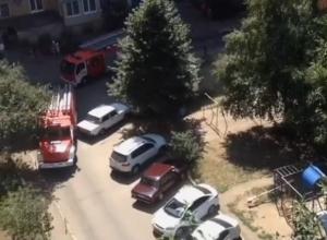 Приехавшие на вызов пожарные не смогли проехать по двору из-за припаркованных машин в Ставрополе