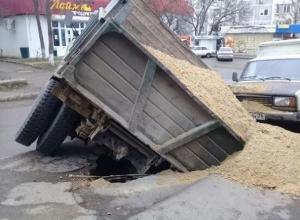 ЗИЛ с полным кузовом песка внезапно провалился под асфальт на дороге в Пятигорске