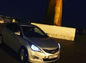 Очередной нарушитель припарковался около «Солдата» для эффектного фото