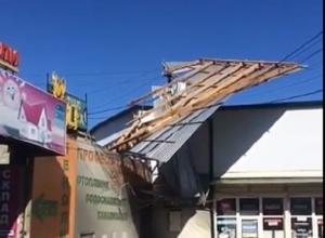 Сильный ветер сорвал крышу с магазина в Кисловодске