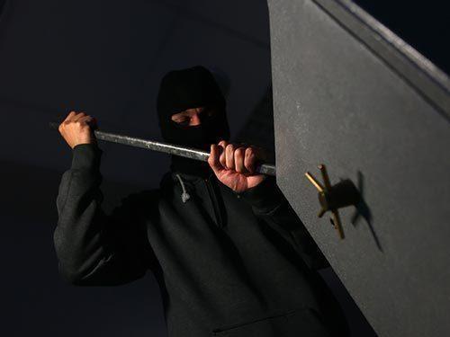 У мужчины из дома украли сейф с золотом, деньгами и документами